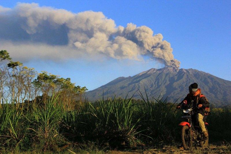 Warga melihat erupsi Gunung Raung di Desa Sumber Arum, Songgon, Banyuwangi, Jawa Timur, Sabtu (25/7).